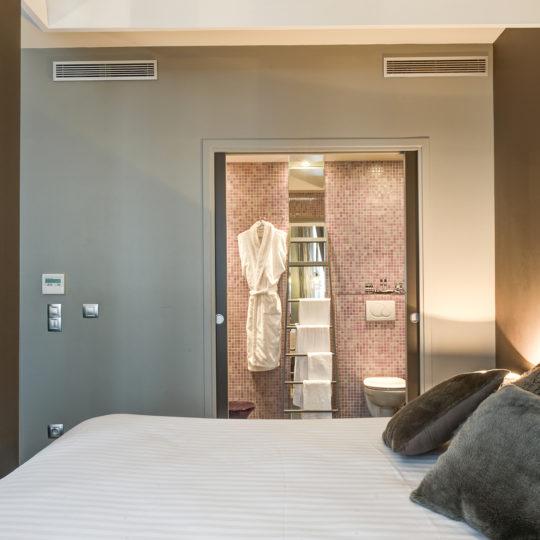 https://www.zehotel.fr/wp-content/uploads/2016/07/galerie-chambreetsalledebain-Ze-Hotel-MadeinParis-540x540.jpg